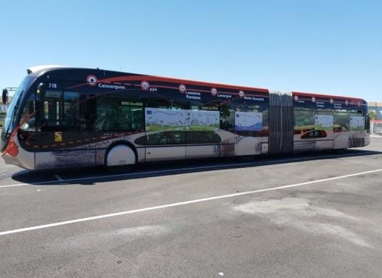 Le bus à haut niveau de service (BHNS) de Nîmes décoré aux couleurs du pacte vert