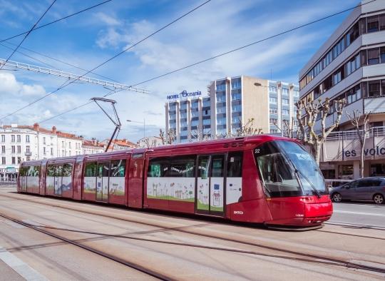 Le tramway de Clermont Ferrand décoré aux couleurs du pacte vert