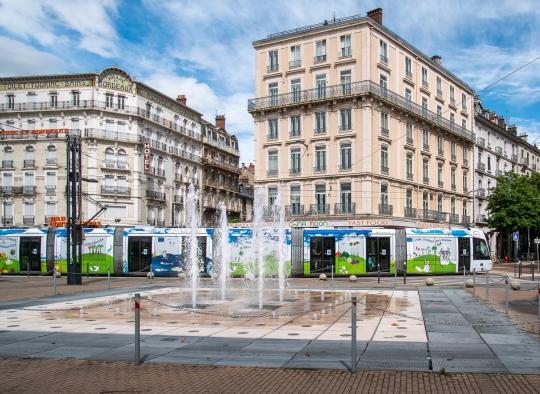 Le tramway de Grenoble décoré aux couleurs du pacte vert