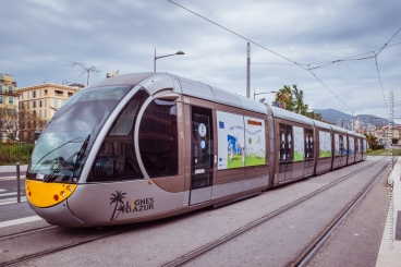 Le tramway de Nice décoré aux couleurs du pacte vert